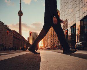 都会を歩く人