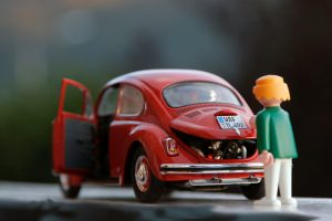 赤い自動車と人形