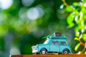 緑と自動車のおもちゃ