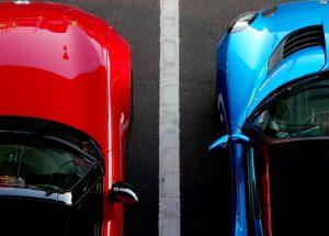青と赤の車