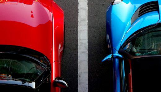 赤と青の自動車