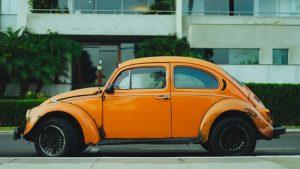 オレンジの自動車