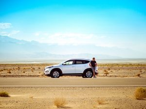 自然の中に立つ人と車