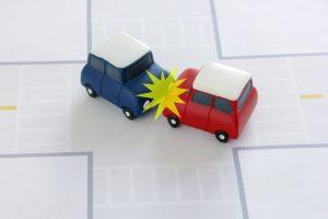 自動車の事故を表したおもちゃ