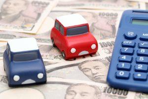 お金と電卓と自動車のおもちゃ