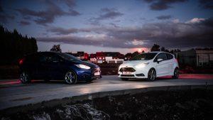 夕闇と自動車