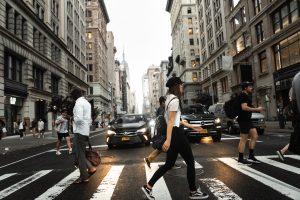 人通りの多い交差点