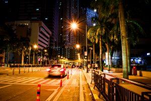 夜の街と自動車