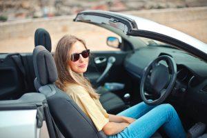 運転席に座る女性