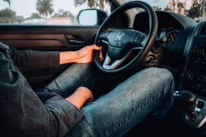 運転席に座る男性