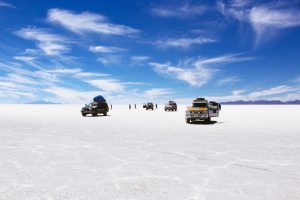 砂漠の中の自動車