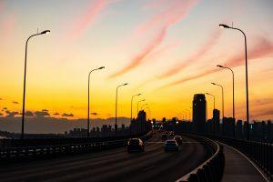 夕日と自動車