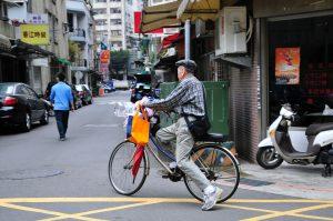 自転車で走る男性