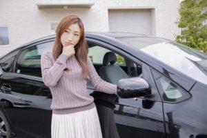 車と悩む女性