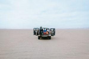 砂漠と自動車