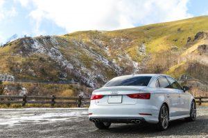 山と白い車