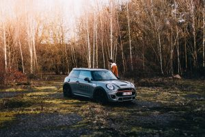 森の中の自動車