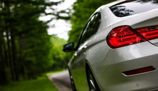 白い自動車のテール
