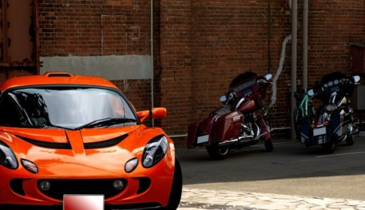 オレンジ色のスポーツカー