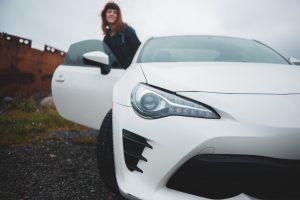 白い車と女性
